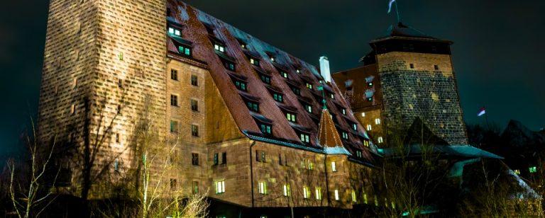 Tagungsstätte mit beleuchteten Zimmern